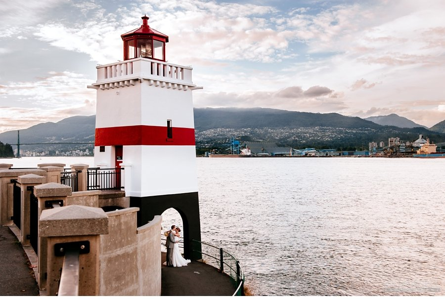 wedding photo at the lighthouse in stanley park