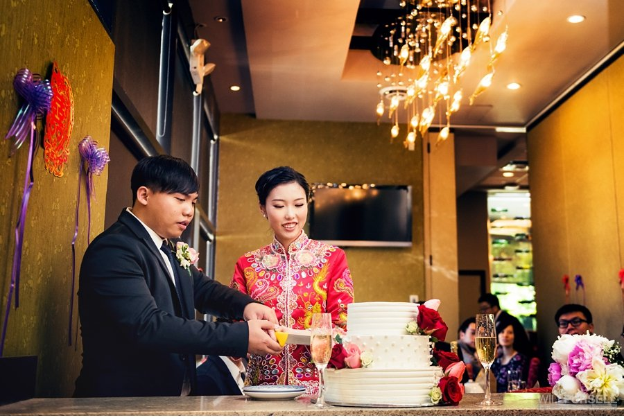 cake cutting in traditional Chinese dress